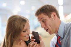 Mann und Frau, die auf Klatsch im Büro hören Stockbilder