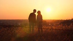Mann und Frau, die bei Sonnenuntergang küssen stock video