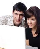 Mann und Frau, die Bildschirm betrachten stockfotografie