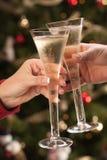 Mann und Frau, die Champagne-Flöten rösten lizenzfreie stockbilder