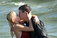 Mann und Frau, die in dem Meer küssen Stockfotos