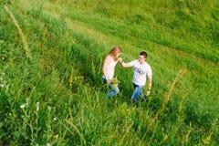 Mann und Frau, die in den Park gehen stockbilder
