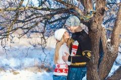 Mann und Frau, die in den Park gehen stockfotos