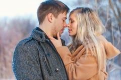 Mann und Frau, die in den Park gehen lizenzfreies stockfoto