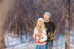 Mann und Frau, die in den Park gehen lizenzfreies stockbild