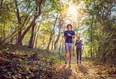 Mann und Frau, die an der Natureignung, Sport, Ausbildung läuft lizenzfreies stockbild