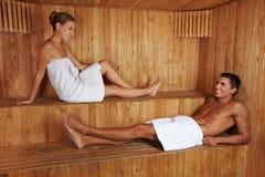 Mann und Frau, die in der Sauna sprechen Lizenzfreie Stockfotografie