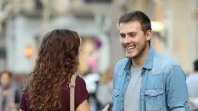 Mann und Frau, die in der Straße sprechen stock video