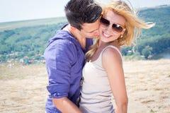 Mann und Frau, die draußen in der spielerischen Umarmung stehen stockfotos