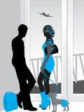 Mann und Frau, die an einem Flughafenabfertigungsgebäude sprechen Lizenzfreies Stockbild