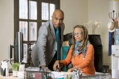 Mann und Frau, die in einem kreativen Büro arbeiten Stockbild