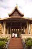Mann und Frau, die an einem Tempel beten lizenzfreies stockfoto