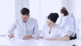 Mann und Frau, die einen Vertrag unterzeichnen stock video