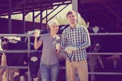 Mann und Frau, die Glas frische Milch essen Lizenzfreie Stockfotos