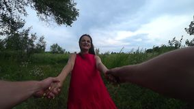 Mann und Frau, die Händchenhalten wirbeln Langsame Bewegung stock footage