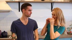 Mann und Frau, die hamdurger essen stock video footage