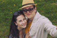 Mann und Frau, die ihr selfie am Telefon tun Lizenzfreie Stockfotos