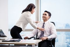 Mann und Frau, die im Büro flirten stockfoto