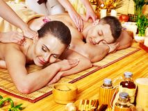 Mann und Frau, die im Badekurort sich entspannen. Stockbilder