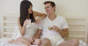 Mann und Frau, die im Bett frühstücken stock video