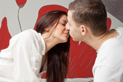 Mann und Frau, die im Bett küssen stockfotografie
