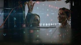 Mann und Frau, die im Computerserverraum arbeiten, während eine glühende Leiterplatte in Vordergrund sich bewegt stock footage