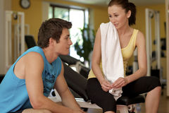 Mann und Frau, die im Fitnessstudio sprechen Stockbild