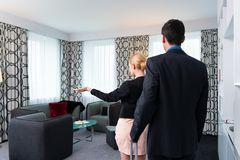 Mann und Frau, die im Hotelzimmer ankommen Stockbilder