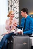 Mann und Frau, die im Hotelzimmer ankommen Lizenzfreie Stockfotos