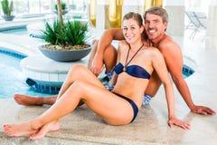 Mann und Frau, die im Wellnessbadekurort sich entspannen Stockfotografie