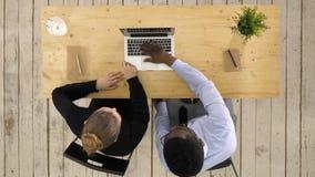 Mann und Frau, die irgendein neues Projekt auf Laptop betrachten stock video