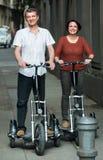 Mann und Frau, die mit den Fahrrädern reisen stockbild