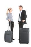 Mann und Frau, die mit Gepäck und der Unterhaltung stehen Stockfotografie
