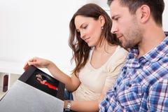 Mann und Frau, die Paarbild betrachten Stockfoto