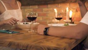 Mann und Frau, die am romantischen Abendessen mit Kerzen im eleganten Restaurant essen romantisches cuople, das am romantischen D stock footage