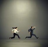 Mann und Frau, die schnell laufen Stockfotos