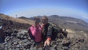 Mann und Frau, die selfie an der Spitze eines Hügels machen stock footage