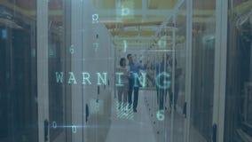 Mann und Frau, die in Serverraum mit bewegenden Datensicherheitsmitteilungen gehen stock footage