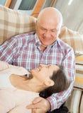 Mann und Frau, die sich entspannen Stockfotografie