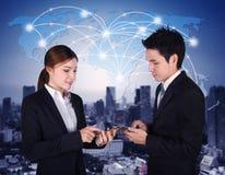 Mann und Frau, die Smartphone mit Weltsocial media-Netz verwendet Stockfoto