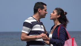 Mann und Frau, die Spaß küssen und haben stock video