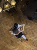 Mann und Frau, die Tango auf Bretterboden durchführen stockfotografie