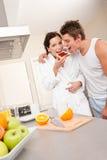 Mann und Frau, die Toast in der Küche essen Stockfoto