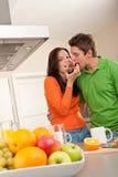 Mann und Frau, die Toast in der Küche essen Lizenzfreie Stockfotografie
