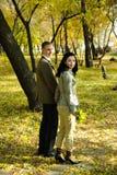 Mann und Frau, die vom Park herausgehen Stockfotos