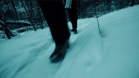 Mann und Frau, die in Winterwald-Steadicam-Schuss wandern stock video