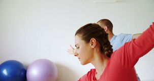 Mann und Frau, die Yoga im Eignungsstudio 4k tun stock footage