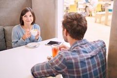 Mann und Frau, die zusammen etwas trinken Stockbild