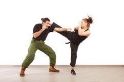 Mann und Frau, die zusammen kämpfen Stockfotos