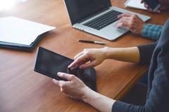 Mann und Frau, die zusammen mit digitaler Tablette arbeiten Lizenzfreie Stockfotos